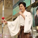 渋谷の街に若手演歌歌手・三山ひろし見参! けん玉の技も披露