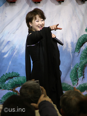 井上由美子 新曲「海峡吹雪」キャンペーン 我が道だポーズ