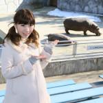 岩佐美咲、カバの親子に大感激! ファンと行く東武動物公園ツアー 「鞆の浦慕情」も好調