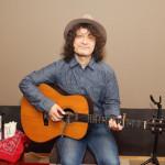 音楽家・高田漣が、伝説のフォーク歌手の父・高田渡のトリビュート・アルバム発売記念イベントで全5曲を熱唱