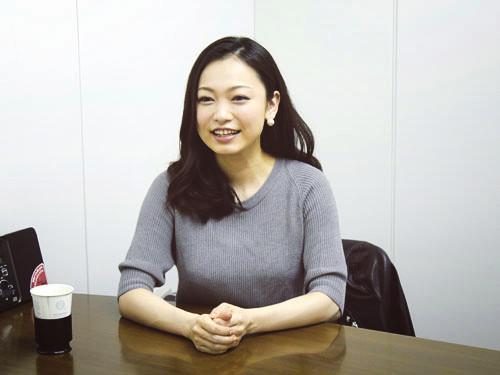 インタビュー中の西田あい。