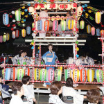 市川由紀乃が新城神社の盆踊り大会にゲスト出演。「由紀乃太鼓」に合わせて盆踊りを