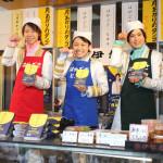 はやぶさが和菓子店「伊勢屋」で一日店長。団子セットを100人に無料配布。新曲「月あかりのタンゴ」披露
