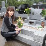 市川由紀乃が恩師の作曲家・市川昭介さんの墓前で新曲ヒット報告&大ヒット宣誓。7万5000枚突破