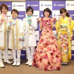 水森かおりが、所属事務所の後輩歌手、岩佐美咲、はやぶさと一緒に銀座の山野楽器初売りイベントで歌い初め。それぞれ書も披露