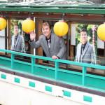 ■小金沢昇司が屋形船で新曲「春はもうすぐ」イベント。船上デッキから隅田公園の花見客らに新曲を披露