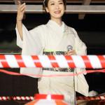■市川由紀乃が川崎市の新城神社の盆踊り大会に2年連続ゲスト出演。新曲「心かさねて」など熱唱