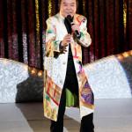 ■冠二郎が歌手生活50周年記念カラオケ大会&コンサート。コンサートでは、愛妻・みなこさんが冠の顔の汗を拭き、客席に礼も