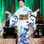 ■大月みやこが東京・三越劇場で秋のコンサート。船村徹さん、ペギー葉山さん、平尾昌晃さんを偲び、「天まで届け」と熱唱。一人芝居「婦系図」で熱演も