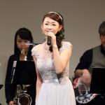 ■大石まどかが5回目の生演奏ライブ「生ラ!」で熱唱。新曲を提供したレーモンド松屋とコラボも披露