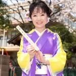 ■田川寿美が新曲「春よ来い」発売を記念して、桜神宮でヒット祈願。中吉を引き、願い棒に大ヒットを…