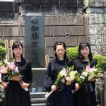 「お祭りマンボ」を歌唱し人気急上昇!! 「みちのく娘!」美空ひばりさんへ墓前報告。