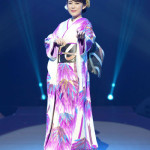 ■丘みどりが東京・中野サンプラザでリサイタル。14着の衣装の早替わりで「演魅」のステージを披露