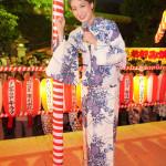 ■市川由紀乃が川崎市の新城神社の「納涼盆踊り大会」にゲスト出演。25周年を祝う470個の提灯を見て大感激