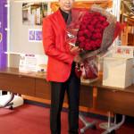 ■山川豊が東京・浅草公会堂で50代最後のコンサート。赤いジャケットなどを着て全39曲熱唱。ロビーでは「鳥羽伊勢の旅」写真展も同時開催