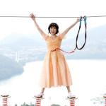 ■水森かおりが、神奈川・相模原市のさがみ湖リゾート・プレジャーフォレストで巨大アトラクション「マッスルモンスター」に挑戦