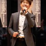 ■パク・ジュニョンが新曲「ブリキの玩具」カラオケコンテスト決勝大会。日本全国の19人が競い合い、望月絹子さんが優勝