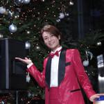 ■氷川きよしが銀座山野楽器本店でのクリスマスツリー点灯式にサプライズゲストで登場。初めての体験に大感激