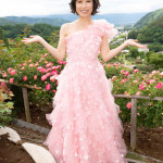 ■水森かおりが長野・伊那市の「高遠しんわの丘ローズガーデン」で開催中の「バラ祭り」で新曲など全4曲熱唱