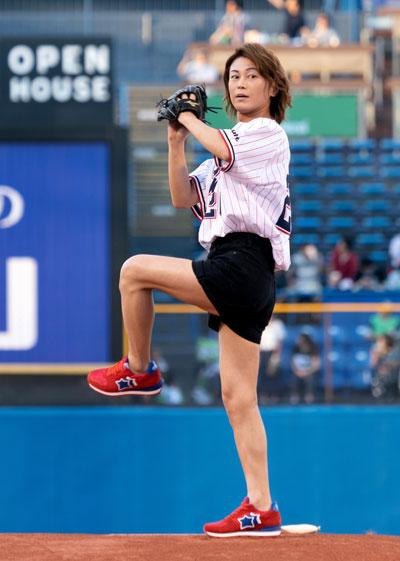 □氷川きよしがプロ野球「東京ヤクルト×阪神戦」で始球式。新曲