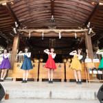 ■女性5人組アイドル、まねきケチャが東京・調布市の布多天神社で特別ライブ。「ゲゲゲの鬼太郎」のオープニングテーマ曲を初披露