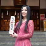 ■門松みゆきが第2弾「浜木綿しぐれ」発売を記念して東京・新橋SL広場でバレンタインミニライブ。チョコもプレゼント。烏森神社ではヒット祈願を