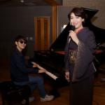 ■市川由紀乃が人気ピアノユーチューバー・よみぃと初コラボしたポップス曲をスタジオ録音。YouTubeで公開され、大反響を