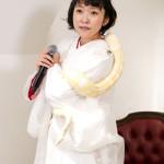 ■森山愛子が新曲「伊吹おろし」発表会。本物のヘビを初めて首に巻きながら新曲を熱唱。「可愛い!」と大感激