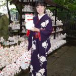 ■田川寿美が東京・豪徳寺で新曲「楓」ヒット祈願。入魂できる1曲に出合え、招き猫を手にしながら大ヒットを誓う